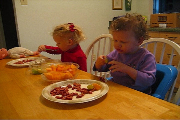 Ellen and Emily Eating Hotdogs.wmv