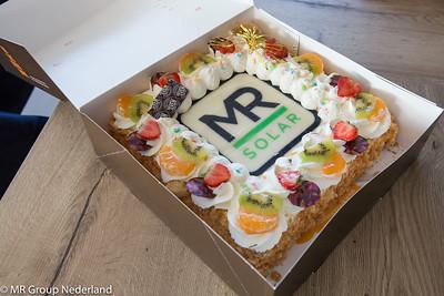 MR Solar en Van Dijk Groep in Gemert schudden elkaar de hand.