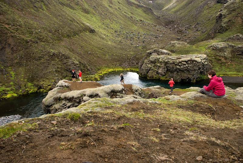 Við foss í Syðri-Ófæru í Eldgjá