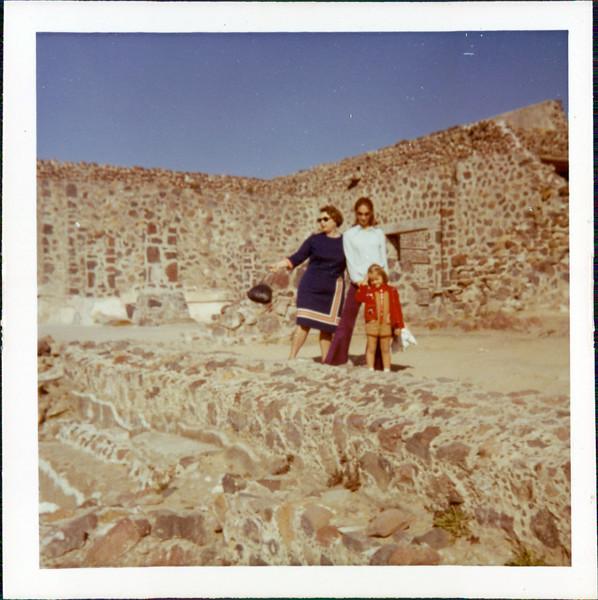 1973 Marie, Vicki, Kirsten.jpg