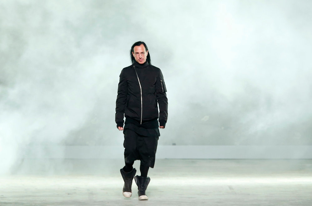Description of . US fashion designer Rick Owens accepts applause at the end of his Ready to Wear Fall-Winter 2013-2014 fashion collection, presented, Thursday, Feb.28, 2013 in Paris. (AP Photo/Jacques Brinon)