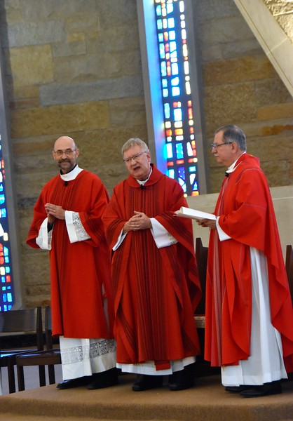 Fr. Jim welcomes the seminary community to the Mass. Fr. Raúl Gómez-Ruiz, SDS, president-rector, is on the right.