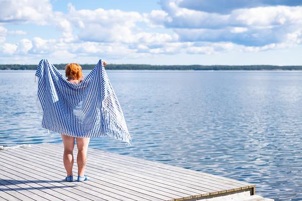 Iltauintia, saunaa ja kynttilöitä syyskuisessa saaristossa. Vieläkö sinä tarkenet uida?