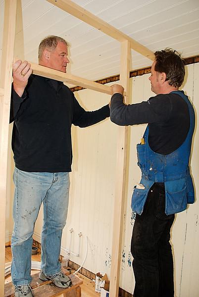 Gunnar og Stefán að setja upp milliveggi.