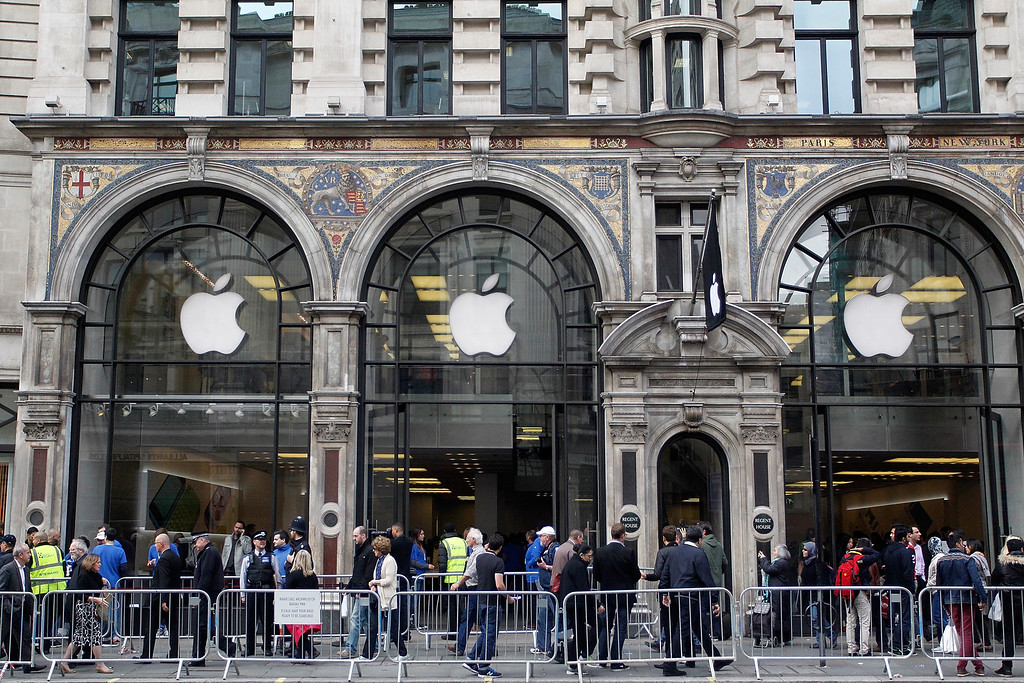 . Customers keen to buy the new iPhone 5S, fill the pavement outside the busy Apple store on Regent Street on September 20, 2013 in London, England.  (Photo by Mary Turner/Getty Images)