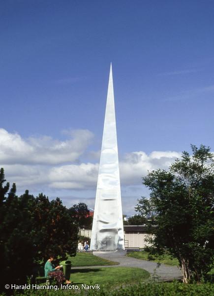 Det nasjonale frigjørings-monumentet på Narvik torg. Dette er trolig versjon 1, som - viste det seg - ikke tålte temperaturvariasjoner ettersom stålplatene buktet seg.