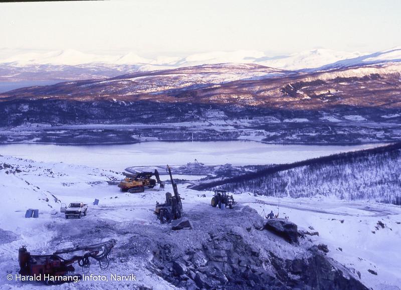 Nikkel og olivin, gruve på fjellet og anlegg for utskipning nede ved fjorden.