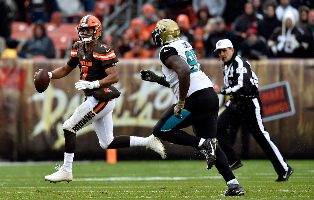 . Cleveland Browns quarterback DeShone Kizer (7) scrambles in the first half of an NFL football game against the Jacksonville Jaguars, Sunday, Nov. 19, 2017, in Cleveland. (AP Photo/David Richard)