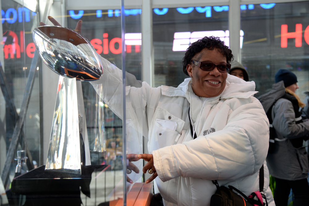 . Sharon Colman has a photo taken with the Vince Lombardi Trophy as Super Bowl XLVlll fans hit Times Square to enjoy the Super Bowl Boulevard. The NFL transformed a portion of Broadway into the sports and entertainment hub of Super Bowl Week, January 29, 2014. (Photo by John Leyba/The Denver Post)