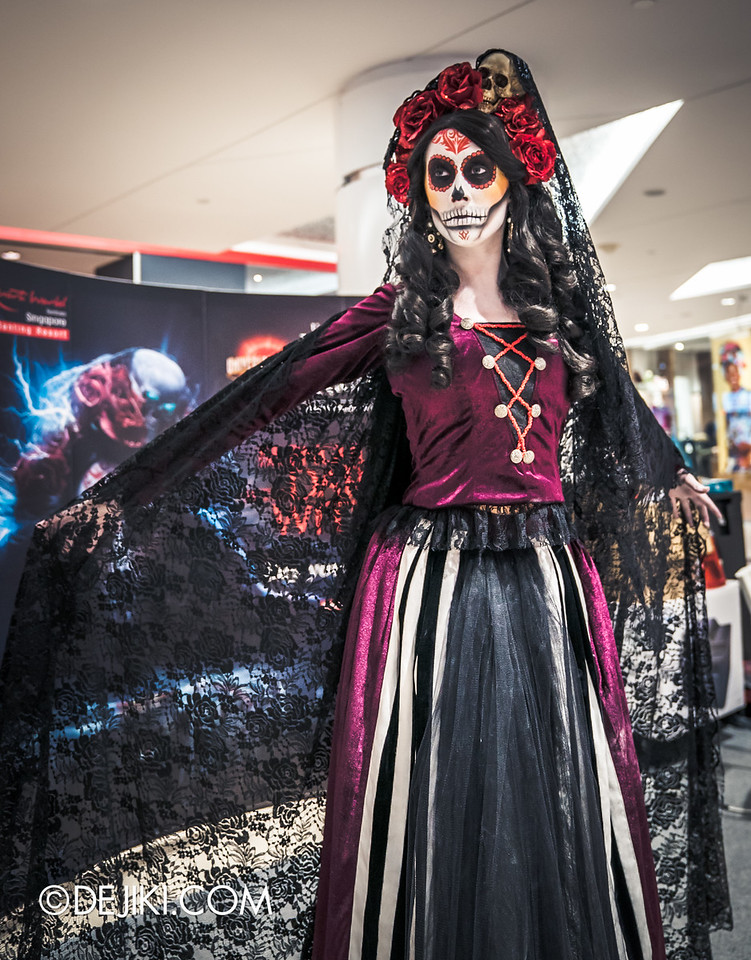 Universal Studios Singapore - Halloween Horror Nights 6 Before Dark Day Photo Report 3 - Scareactors at the Malls / Lady Death black cloak portrait