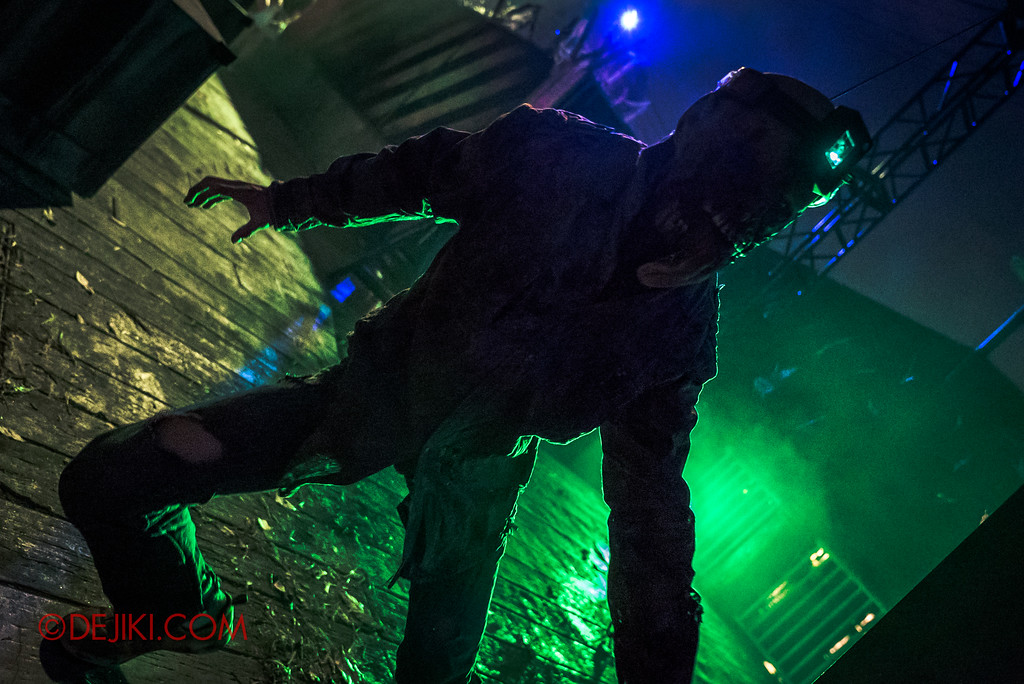 Halloween Horror Nights 7 Zombie Laser Tag - Zombie green backlit drama