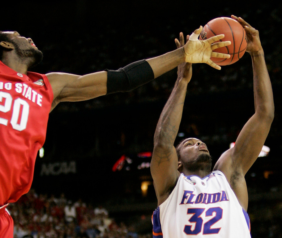 . Ohio State center Greg Oden tries to knock the ball away from Florida\'s Chris Richard (32) during the first half of the Final Four basketball championship at the Georgia Dome in Atlanta, Tuesday, April 2, 2007. (AP Photo/Eric Gay)