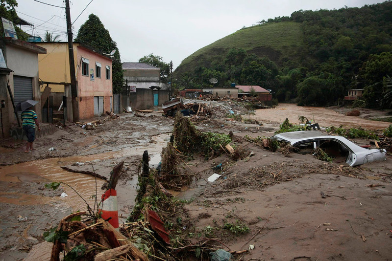 . Picture taken at the neighborhood of Xeren, municipality of Duque de Caxias, some 50 km from Rio de Janeiro\'s downtown taken on January 3, 2013 after heavy downpours caused the overflowing of rivers and triggered mudslides. At least one person was killed and several lost their homes, while authorities issued an alert in Brazil\'s southeastern state of Rio de Janeiro as they expect more rain in the next 48 hours.   AFP PHOTO/AGENCIA OGLOBO/CLEBER JUNIOR
