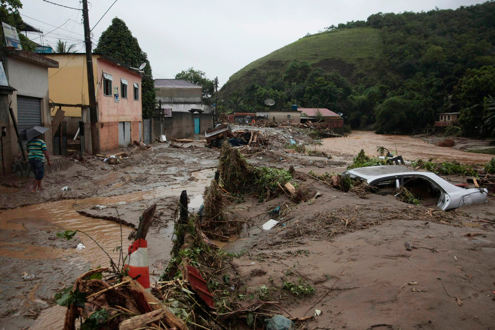 Description of . Picture taken at the neighborhood of Xeren, municipality of Duque de Caxias, some 50 km from Rio de Janeiro's downtown taken on January 3, 2013 after heavy downpours caused the overflowing of rivers and triggered mudslides. At least one person was killed and several lost their homes, while authorities issued an alert in Brazil's southeastern state of Rio de Janeiro as they expect more rain in the next 48 hours.   AFP PHOTO/AGENCIA OGLOBO/CLEBER JUNIOR