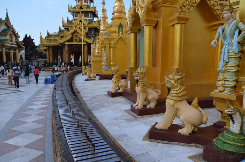 DSC_3765-shwedagon-paya-guard-creatures.JPG