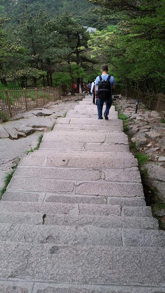 Descending 500' from the summit to the Baiyun Hotel
