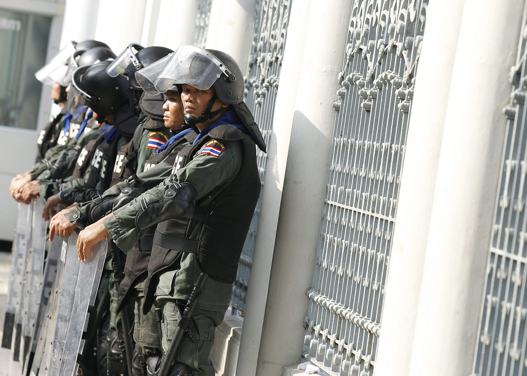. Thai anti-riot police stand guard in front of the Parliament House, in Bangkok, Thailand, 26 November 2013. Thailand\'s main opposition party on 26 November kicked off a censure debate on the performance of embattled Prime Minister Yingluck Shinawatara and two other senior officials.   EPA/NARONG SANGNAK