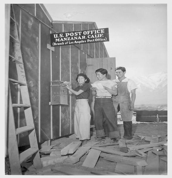 EvacueesAtManzanar-1942-04-02.jpg
