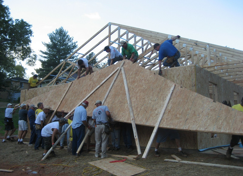 2008 10-10 Lanett, AL - It takes the whole crew to lift this heavy end truss. bs