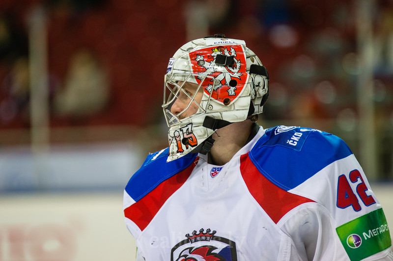 Goaltender of Lev Praha Tomas Popperle (42)
