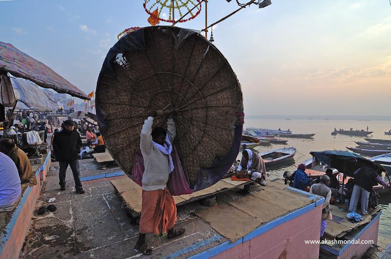 Varanasi-fixingTheUmbrella.jpg