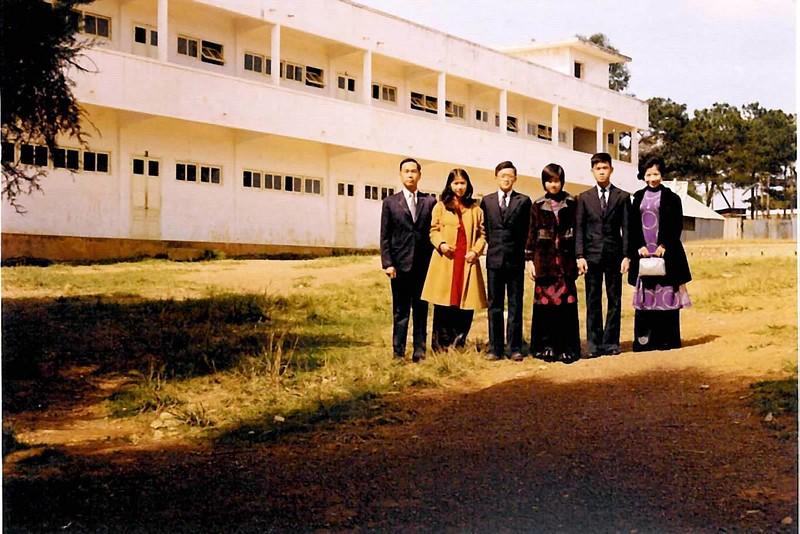 Thầy Chử Bá Anh, Nhất Anh, Nhị Anh, Tứ Anh, Tam Anh, Cô Vi Khuê -đằng sau trường văn-Khoa