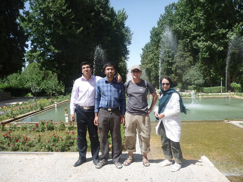 Nasi dziwni koledzy - koles był bardzo sympatyczny ale strasznie napastliwy w sprawach religijnych.  Wszyscy bylismy przekonani, ze jest jakims srednino inteligentym szpiegiem.  Okazało sie byl poprostu bardzo naiwny i chciał sie dowiedziec jak ludzie myśla w Teheranie i poza Iranem.