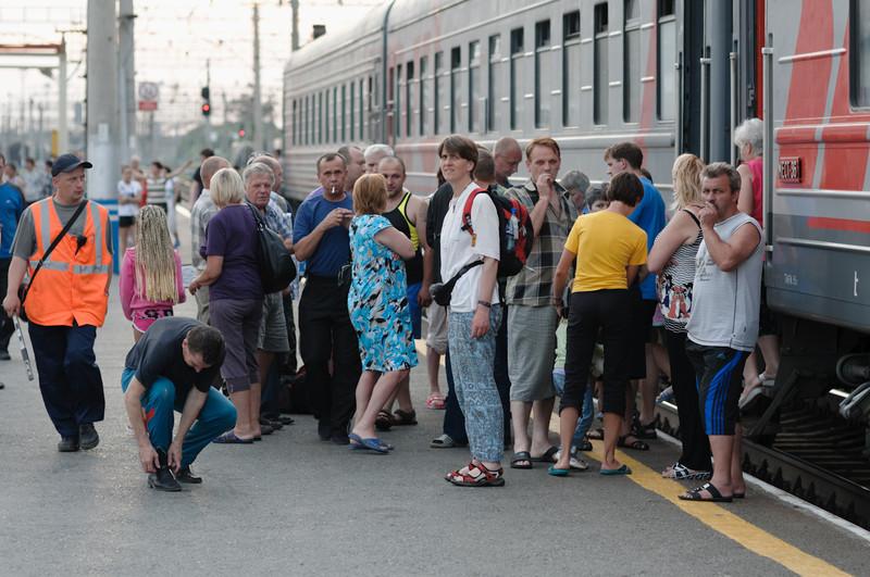 Helga passt auf, dass Bernd rechtzeitig zurück in den Zug kommt. Nicht auszudenken was wäre, wenn einer von uns aus versehen die Abfahr verpasst...