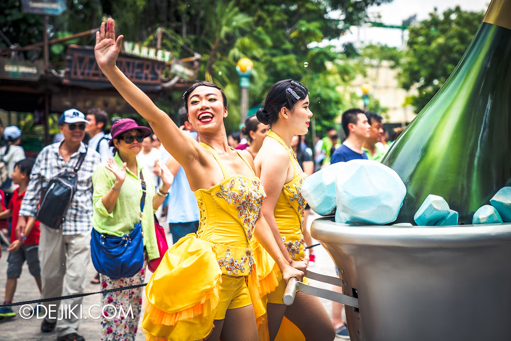Universal Studios Singapore Park Update August 2016  - Hollywood Dreams Parade / Finale Bubbly Girl waves goodbye