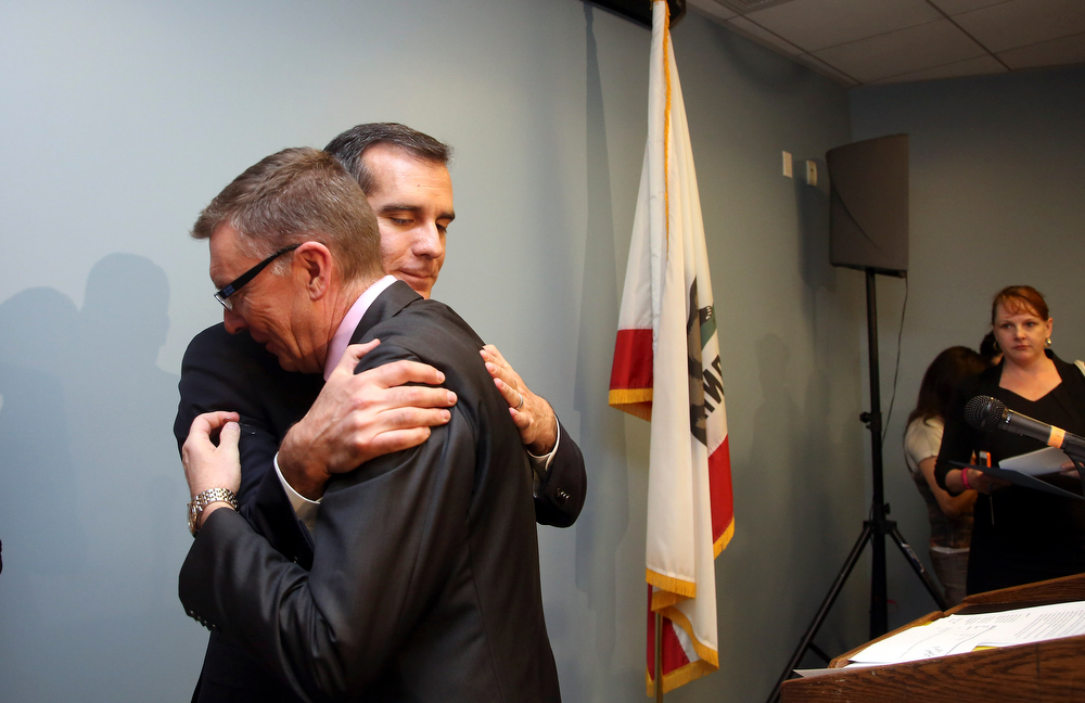 Description of . Los Angeles Mayor Eric Garcetti, right, embraces Los Angeles Schools Superintendent John Deasy John Deasy at news conference Friday, April 11, 2014, in Los Angeles, concerning the bus crash that claimed the lives of 10 students in Northern California. (AP Photo/Nick Ut)