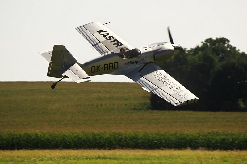 Nízký efektní průlet nad dráhou ve skluzu - letadlo sice letí paralelně s dráhou (všimněte si vychýlené směrovky), ale v náklonu a osa letadla míří směrem doleva nahoru od osy dráhy.