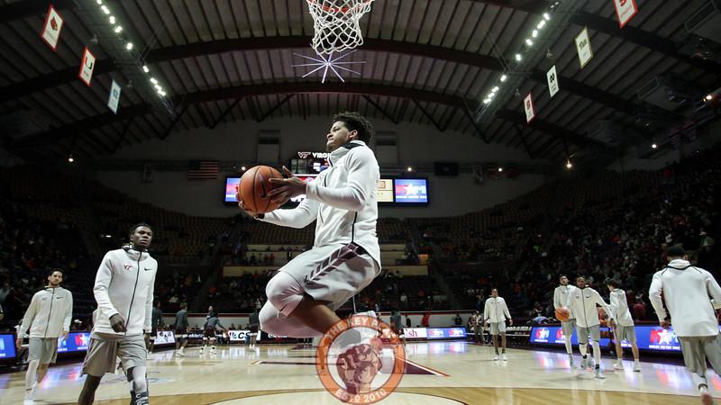 Tyrie Jackson floats underneath the basket during pregame warmups. (Mark Umansky/TheKeyPlay.com)