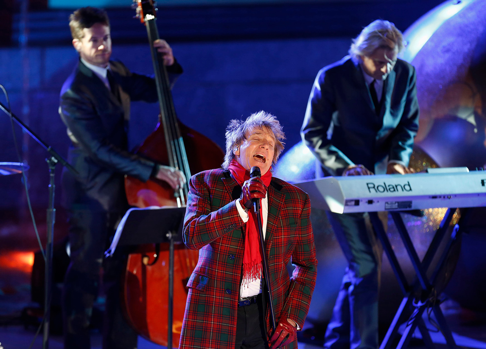Description of . British singer Rod Stewart performs during the 80th Annual Rockefeller Center Christmas Tree Lighting Ceremony in New York, November 28, 2012. REUTERS/Carlo Allegri