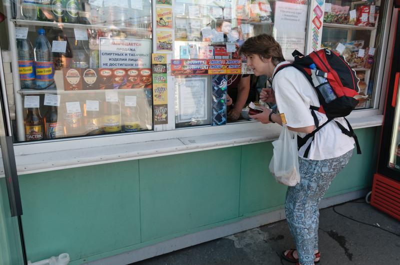 Helga probiert's auch und kauft Wasser und Cola.