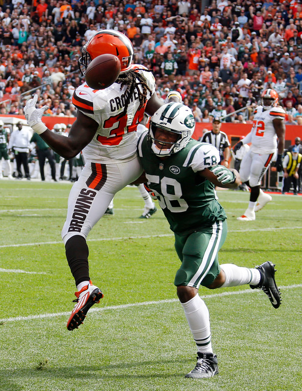 . Cleveland Browns running back Isaiah Crowell (34) can\'t hold onto the ball after a pass as New York Jets inside linebacker Darron Lee (58) defends during the first half of an NFL football game, Sunday, Oct. 8, 2017, in Cleveland. (AP Photo/Ron Schwane)