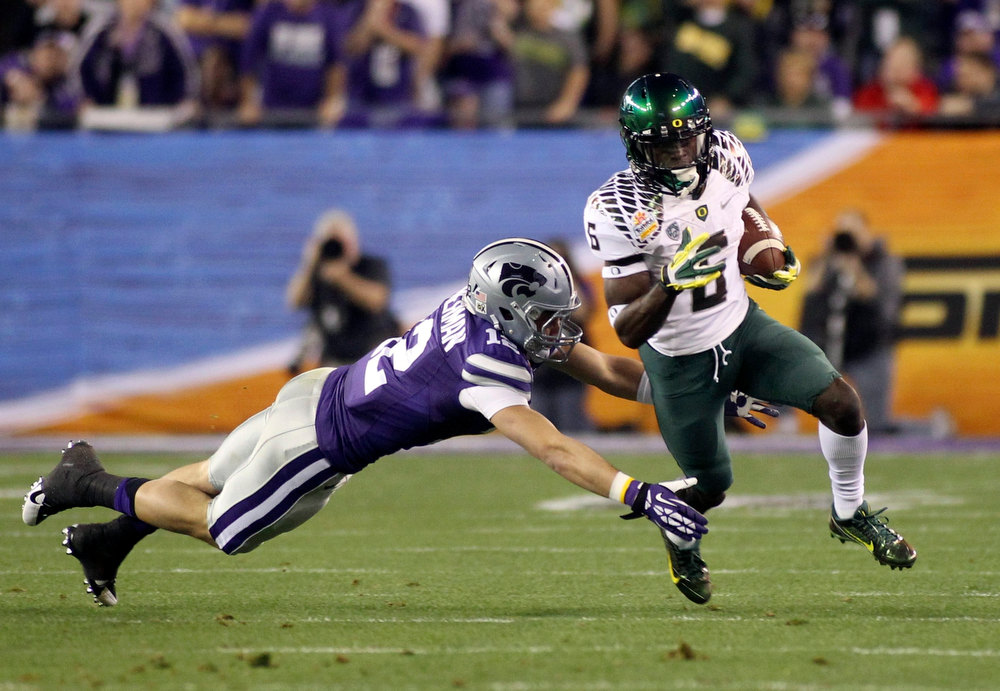 Description of . Oregon Ducks running back De'Anthony Thomas (6) gets away from Kansas State Wildcats defensive back Ty Zimmerman (12) in the first half during the Fiesta Bowl football game in Glendale, Arizona, January 3, 2013. REUTERS/Ralph Freso