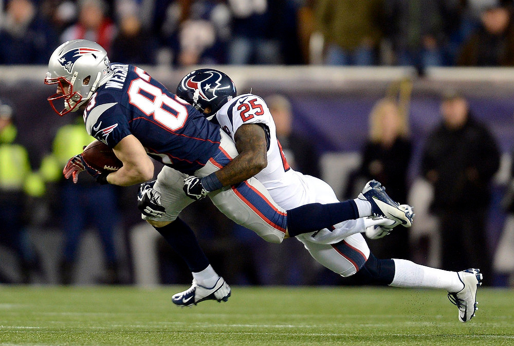 Description of . New England Patriots receiver Wes Welker is tackled by Houston Texans defender Kareem Jackson during the first quarter in their NFL AFC Divisional playoff football game in Foxborough, Massachusetts January 13, 2013. REUTERS/Gretchen Ertl