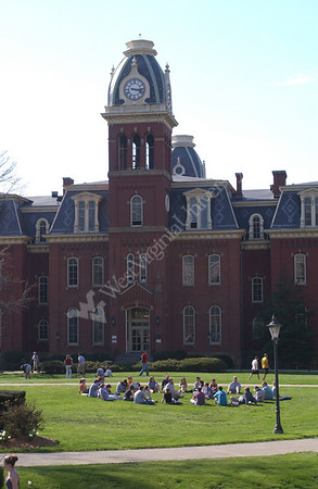 22628 Campus scenes spring and students in front of Woodburn