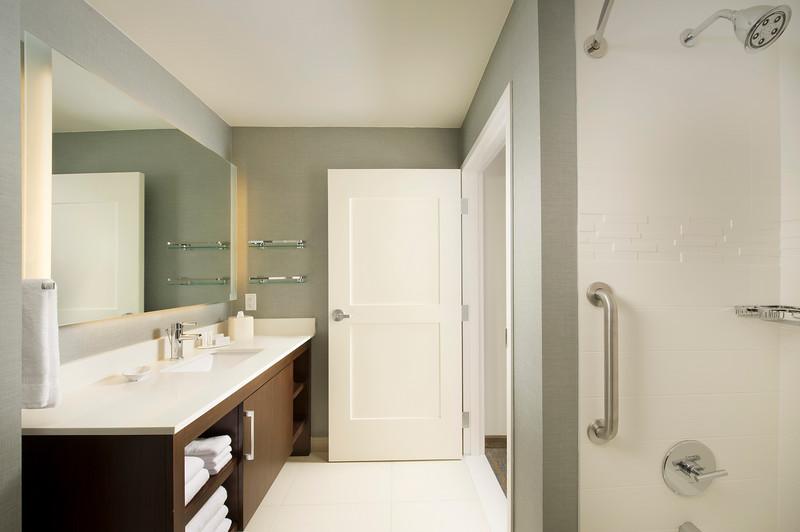 17 - Guest Bathroom Tub - RI Texarkana.jpg