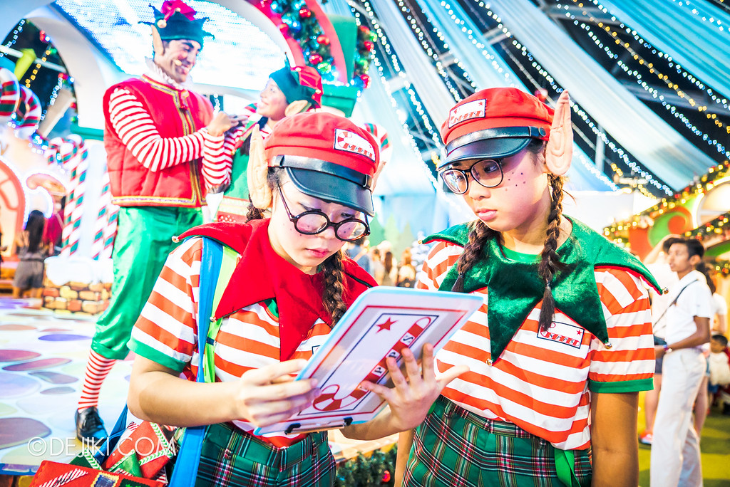 Universal Studios Singapore December Park Update - Santa's All Star Christmas 2016 / Santa's Village Elves checking clipboard