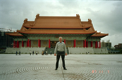 Del san at a extremely large temple or municipal building in Taipei, but doesn't recall its name.