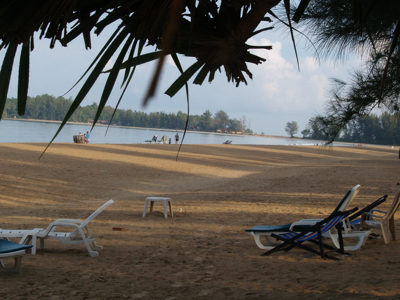 Klong Dao-stranden sett mot nord. Avstanden er lenger enn det ser ut til. --- The northern part of the Klong Dao Beach. The distances are longer than they seem. (Foto: Geir)