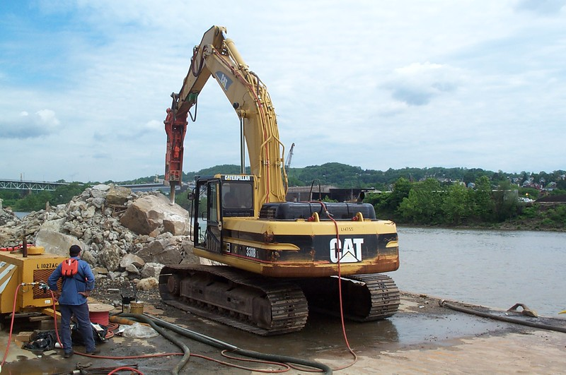 NPK E220 hydraulic hammer on Cat excavator (2).JPG