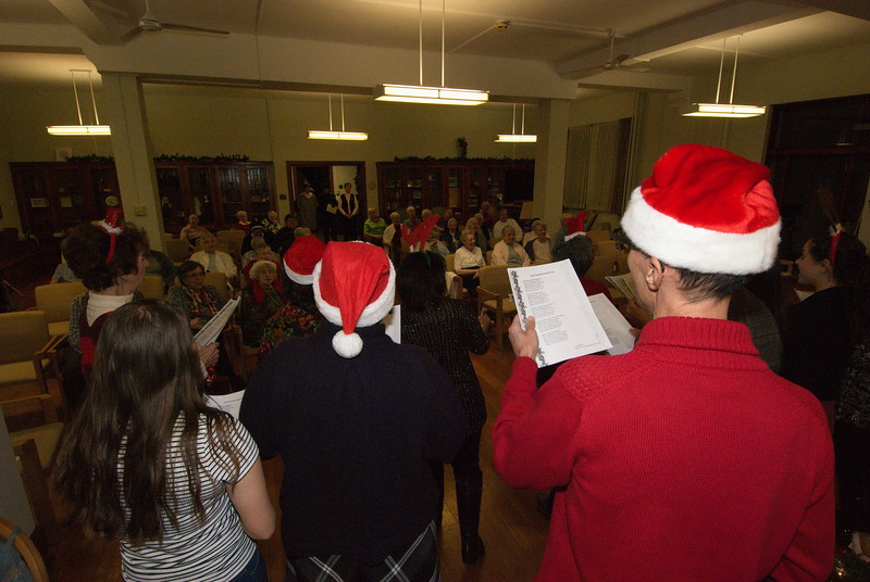 2016-12-14-Community-Christmas-Caroling_004.jpg