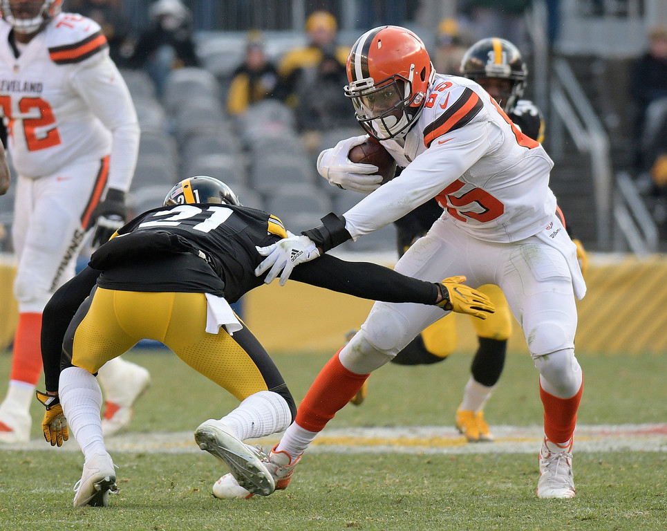 . Cleveland Browns tight end David Njoku (85) eludes the tackle of Pittsburgh Steelers cornerback Joe Haden (21) during the second half of an NFL football game in Pittsburgh, Sunday, Dec. 31, 2017. (AP Photo/Don Wright)