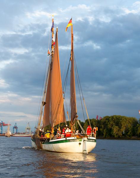 Traditionssegler auf der Elbe am Abend