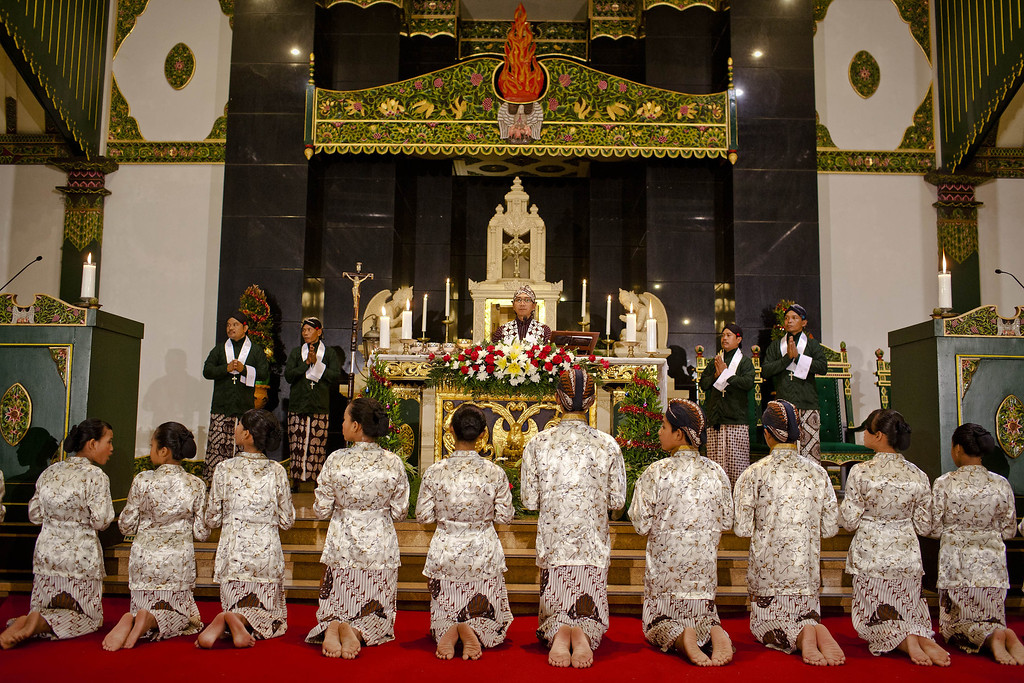 . Indonesian Javanese Christians attend Christmas eve mass at Ganjuran church on December 24, 2013 in Yogyakarta, Indonesia. Christmas is a national holiday in Indonesia, despite only eight percent of the population identifying as Christian. (Photo by Ulet Ifansasti/Getty Images)