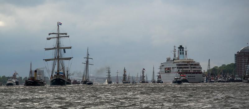 Einlaufparade mit vielen Segelschiffen Hamburger Hafengeburtstag