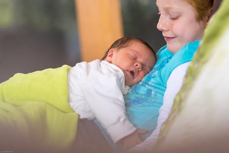 Schwesterkuscheln / Cuddling my sister
