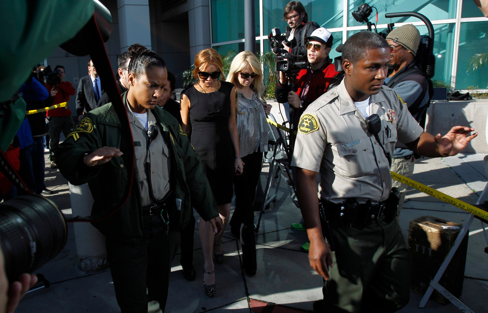 Description of . Actress Lindsay Lohan leaves a probation violation hearing at Airport Branch Courthouse in Los Angeles, California January 30, 2013. REUTERS/Mario Anzuoni